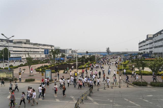 郑州富士康工厂iPhone部门的员工离开厂区.-郑州富士康 生产全球一图片