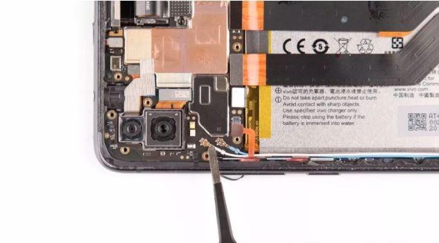 主板左侧还有两颗同轴线,如此一来,该机有三枚同轴线与底部相连,看来天线部分大多集成在了下方。 让我非常吃惊的是,固定前摄链接器的盖板竟用一颗子母螺丝固定。这种螺丝在手机上非常少见,过去只在iPhone上见到过她的顶部有个螺纹孔,所以另一颗螺丝可以拧在上面。 用一字螺丝刀可以将它卸去。